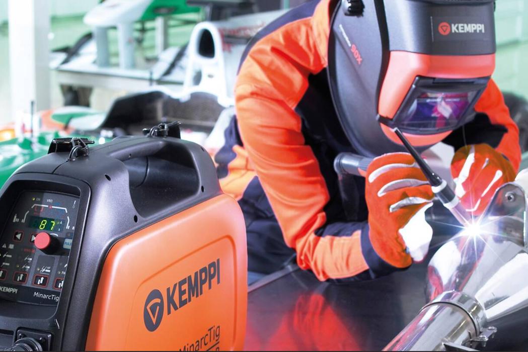 Operario trabajando con máquina de soldadura TIG Kemppi